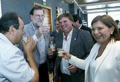 The President of the Government, M. Rajoy, together with the president of CRDO Tigernut from Valencia, Antonio Gimeno, the secretary, Vicente Pastor and Isabel Bonig, drinking tigernut milk from Valencia